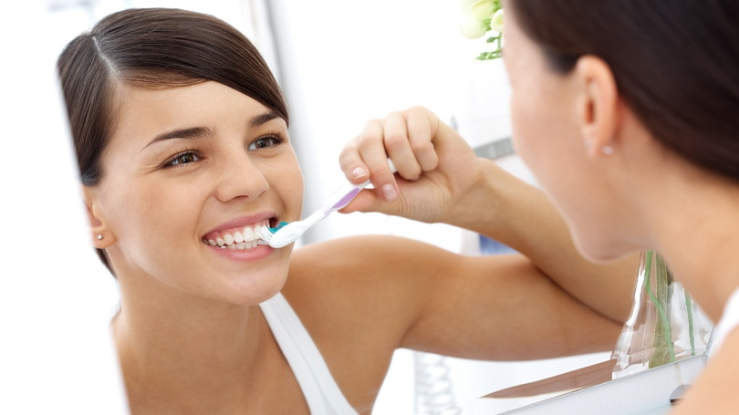 There is a right way but also various wrong ways to brush your teeth and gums.